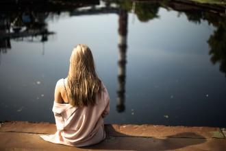 la-crisis-de-los-40-mujer-lago