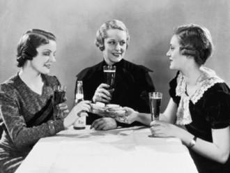 la-crisis-de-los-40-mujeres-cerveza-bn