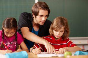 Grundschullehrer gibt Hilfestellung
